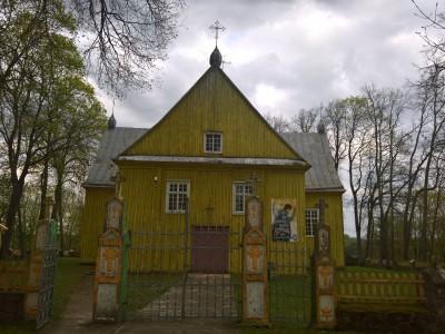 Surviliškio Nukryžiuotojo Jėzaus bažnyčia iš šiaurės vakarų pusės. Aut. Deimantas Ramanauskas. 2017 05 08.